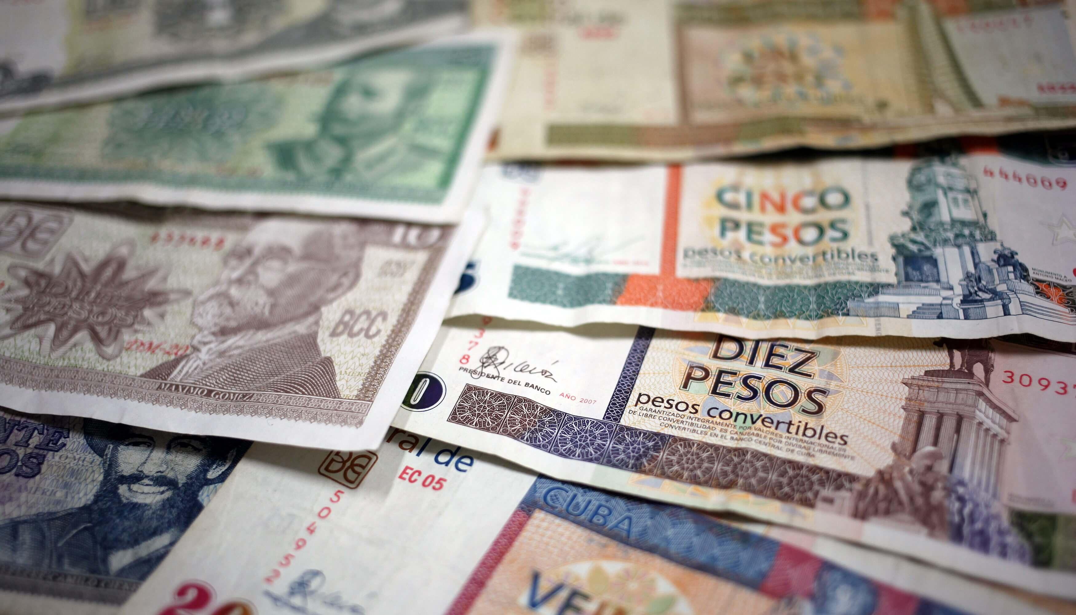 """HAB04 LA HABANA (CUBA), 22/10/2013.- Vista de algunos billetes cubanos, unos de CUP (i) y otros de CUC (d), hoy, martes 22 de octubre de 2013, en La Habana (Cuba). El Gobierno de Cuba anunció hoy el inicio de un proceso para eliminar la dualidad monetaria que rige en la isla, a fin de restablecer el """"valor del peso cubano y de sus funciones como dinero"""". EFE/Alejandro Ernesto"""